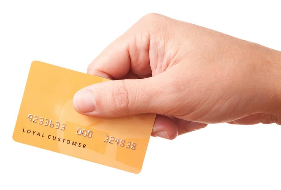 Dłoń uczestnika programu lojalnościowego Loyalty Starter, trzymająca kartę stałego klienta z nadrukowanym unikalnym numerem