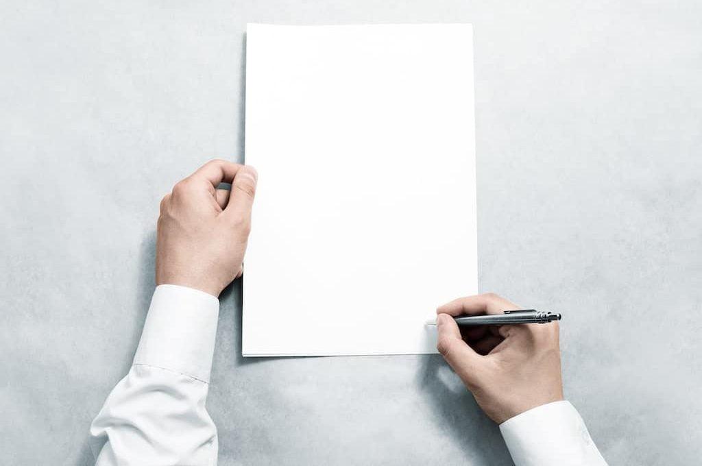 Grafika przedstawiająca osobę podpisującą regulamin programu lojalnościowego.