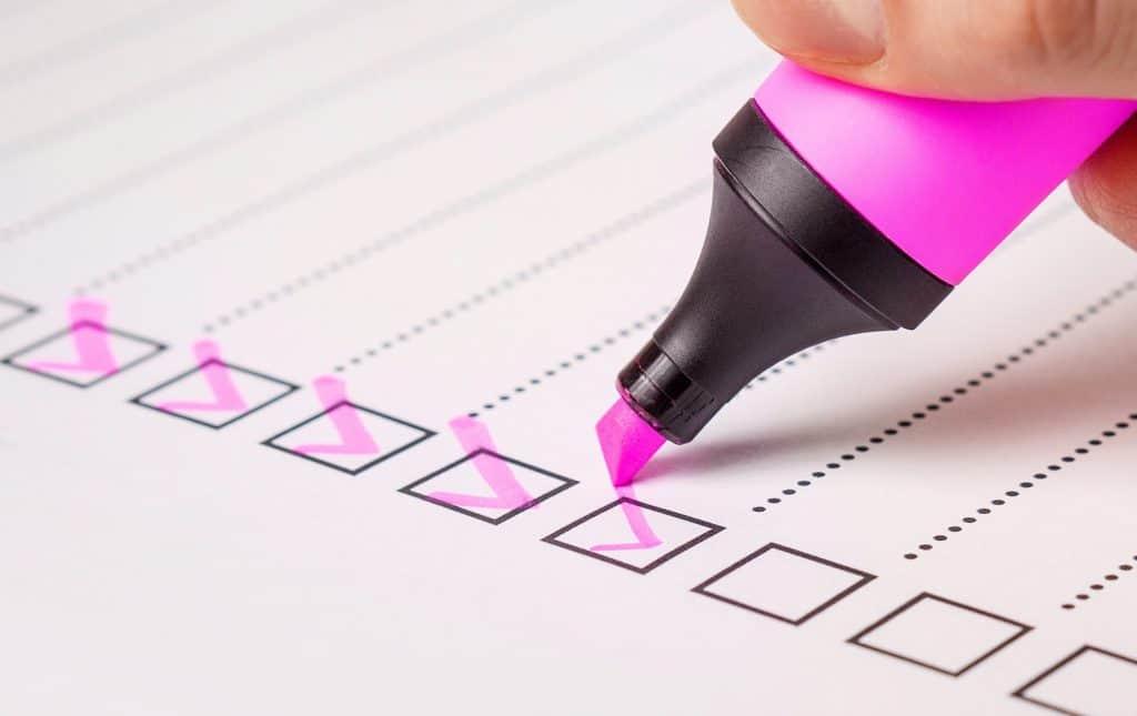 Grafika, przedstawiająca checklistę i różowy zakreślacz.